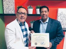 Comunicador José Fabián recibe reconocimientos por trayectoria