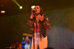 """Martha Heredia deslumbrante en su concierto """"Entre Amigos"""""""