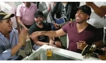 """Romeo Santos se da su """"baño de pueblo"""" cantando junto a Raulín Rodríguez"""