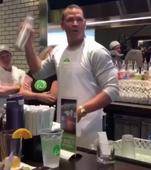 Alex Rodríguez pierde una apuesta y trabaja en un restaurante por un día