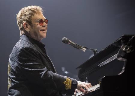 El diario The Sun tendrá que indemnizar a Elton John tras difamarlo