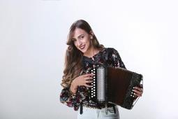 "Danibel Bretón, la ""Barbie"" de la música típica"