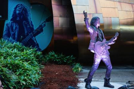 Develan estatua de Chris Cornell en Seattle