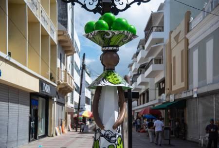Muñecas sin rostros hacen su segunda parada en la calle El Conde