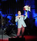 Gilberto lanza flores a Chiquito Team Band