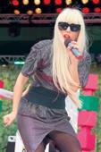 Lady Gaga cae del escenario junto a fanático durante un concierto en Las Vegas